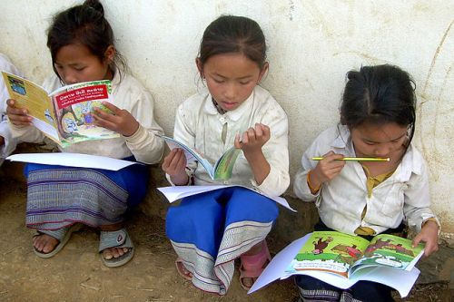 640px-Lao_schoolgirls_reading_books